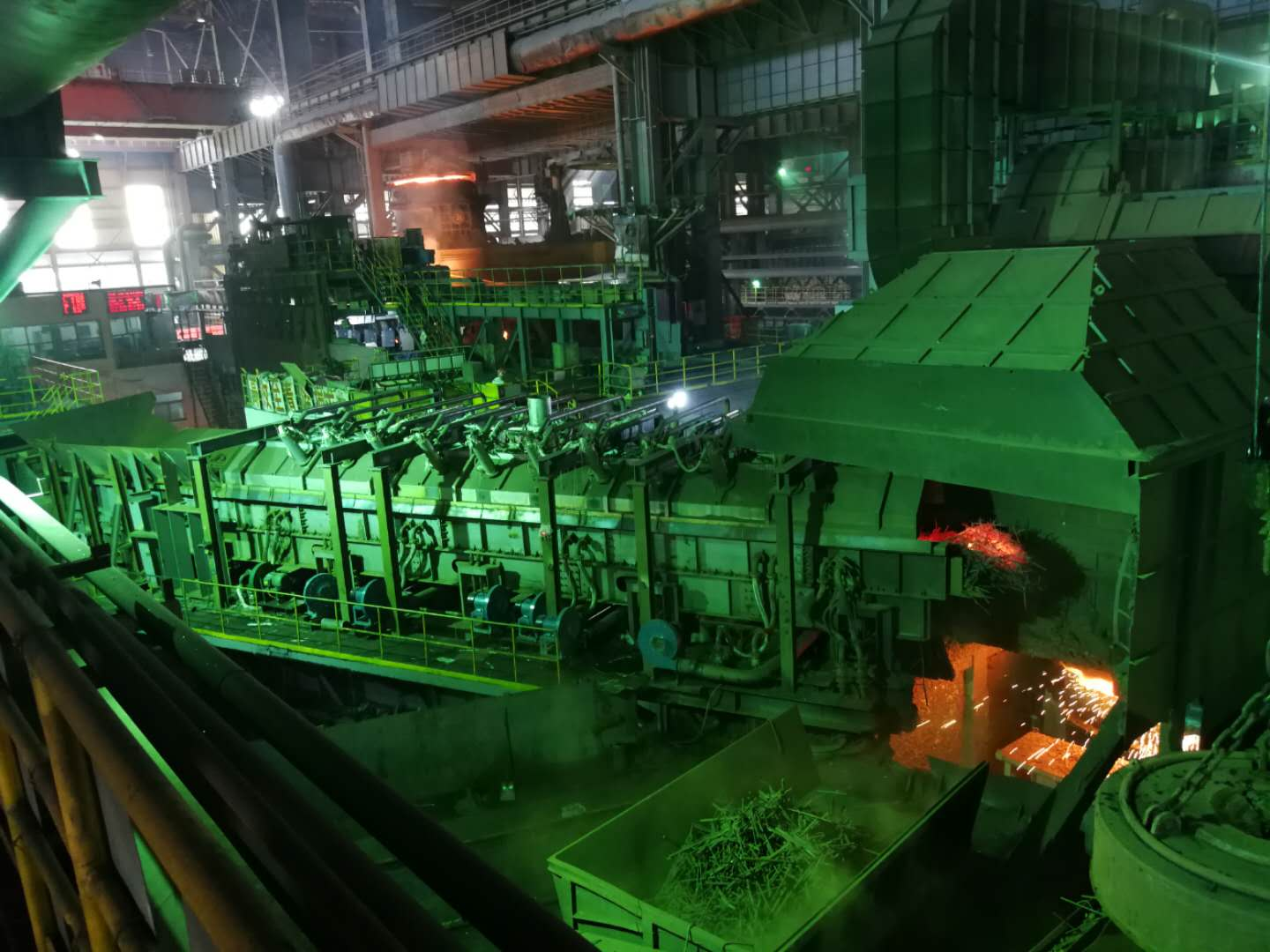 Electromagnetic direct injection scrap continuous preheating furnace